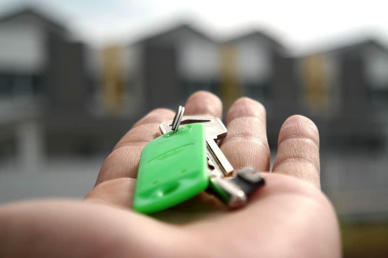 איש מחזיק מפתחות לבית