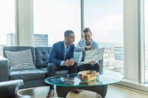 שני יועצים פיננסיים מגבשים תוכנית - אילוסטרציה